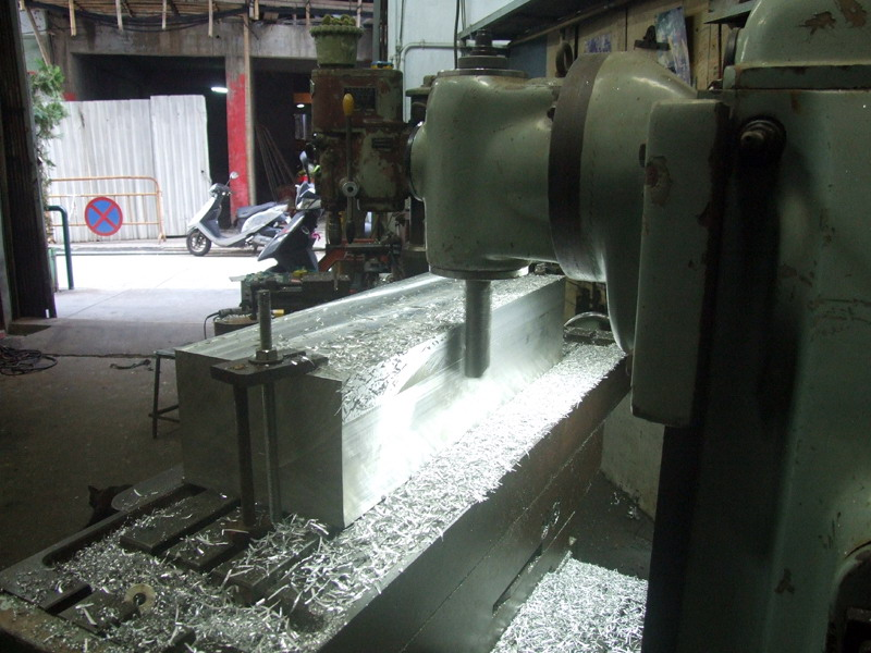 grinding the surface of the fork base a.jpg